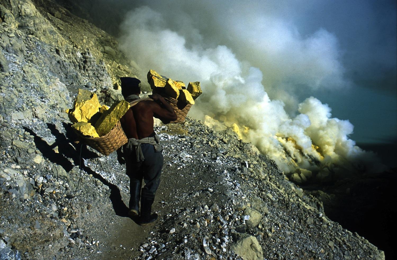 Mula humana en un volcán