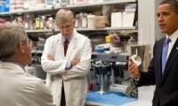El presidente de EEUU, Barack Obama, habla con Anthony Fauci (de espaldas) durante una visita al NIH en 2009.