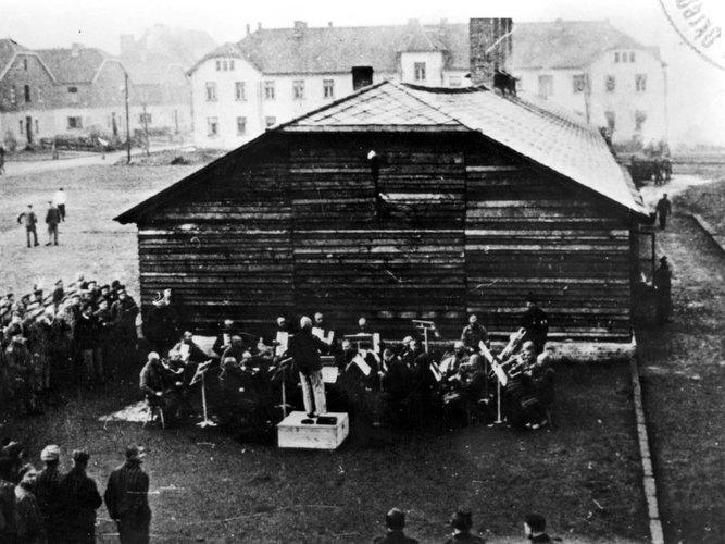 http://esmateria.com/wp-content/uploads/2012/07/Orquesta-de-Auschwitz.jpg