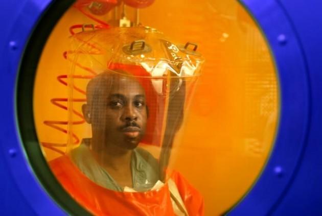 Un operario en un laboratorio de máxima seguridad en EEUU.