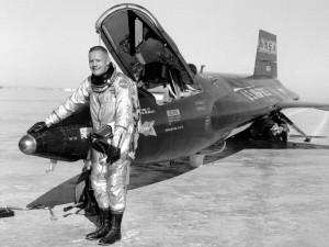 Neil Armstrong, frente a un X-15.