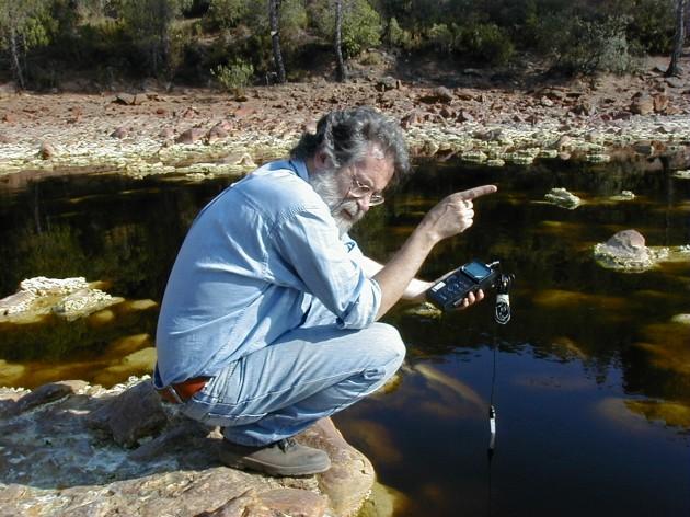 El microbiólogo Ricardo Amils en el río Tinto