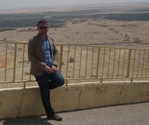 El arqueólogo Esper Sabreen con las ruinas de Palmira al fondo