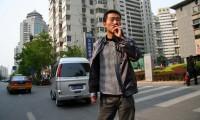 Un fumador chino pasea por las calles de Pekín