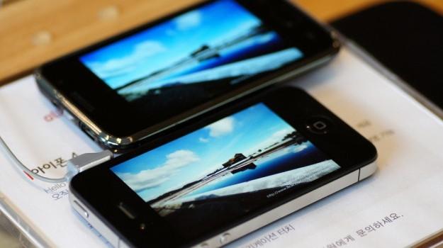 Un iPhone de Apple (a la derecha) y un Galaxy de Samsung.