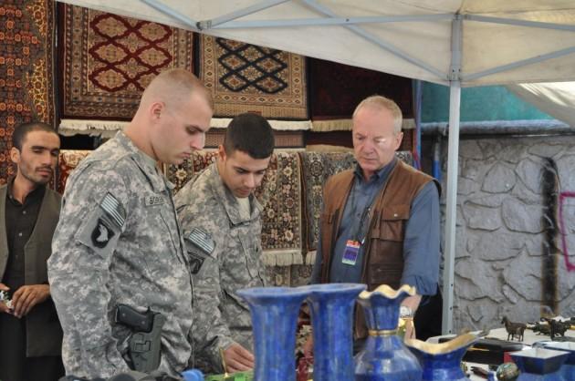 Dos policías militares inspeccionan un bazar en una base militar de EEUU.