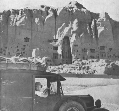 Valeriano Salas posa frente a los Budas de Bamiyán, en Afganistán, en 1936