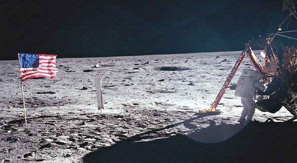 Neil Armstrong, fotografiado por Buzz Aldrin en la superficie de la Luna. Es la única imagen en alta resolución de Armstrong en la Luna.