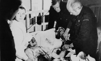 Norman Bethune realiza una transfusin a un herido durante la Guerra Civil