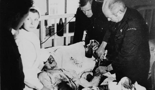 Norman Bethune realiza una transfusión a un herido durante la Guerra Civil
