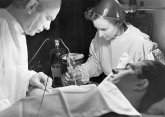 Norman Bethune realiza una transfusión