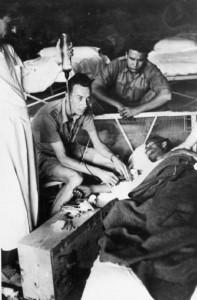 Saxton realiza una transfusión en el hospital de campaña cerca de Bisbal de Falset (Cataluña) en julio de 1938.