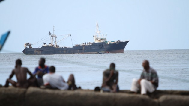 Un buque de pesca pirata, frente a las costas de Sierra Leona