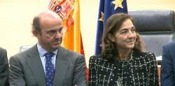 El ministro Luis de Guindos, junto a Carmen Vela.