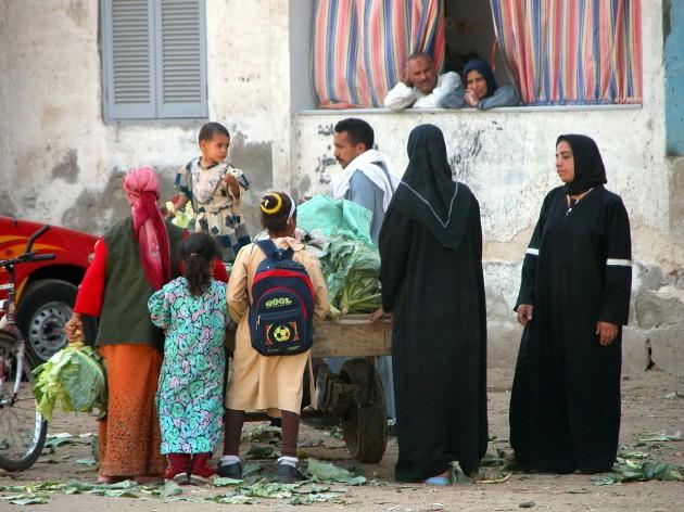 Un grupo de mujeres y niñas camina por una calle de El Cairo
