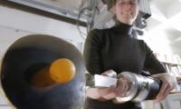 Katharina Muelling, con el brazo robótico que juega al ping-pong