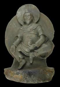 Detalle de la estatua forjada en el meteorito, con la esvástica en el vientre