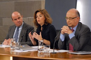 De izquierda a derecha, el ministro de Economía, Luis de Guindos, la vicepresidenta Soraya Sáenz de Santamaría y el responsable de Hacienda, Cristóbal Montoro, durante un Consejo de Ministros, el pasado septiembre.