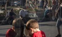 Un niño juega en el centro de Madrid