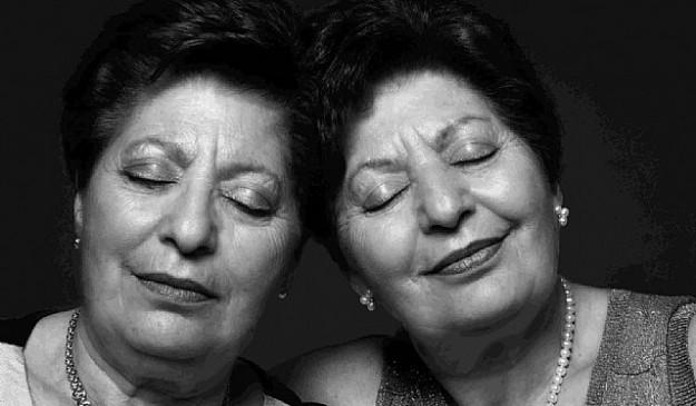 Dos gemelas posan para una exposición del Registro de Gemelos de Murcia