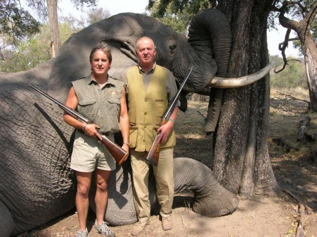 El rey posa con un elefante tiroteado en una cacería en Botsuana