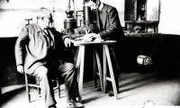 Joan Arderius con su hijo Antonio en su laboratorio de Figueres