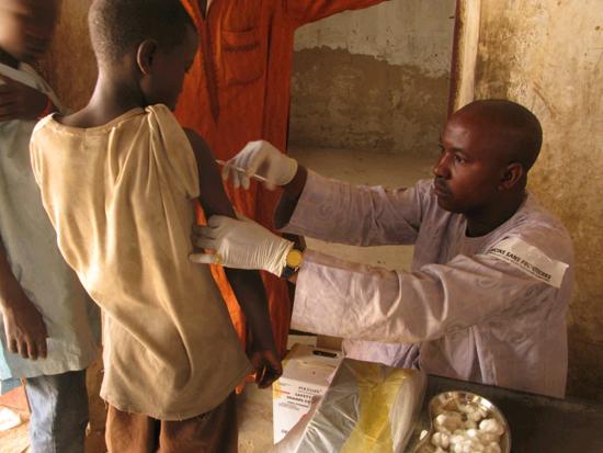 Campaña de vacunación contra la meningitis en África.