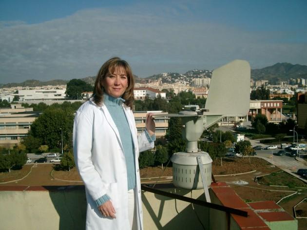 La bióloga María del Mar Trigo, con un captador en la Universidad de Málaga