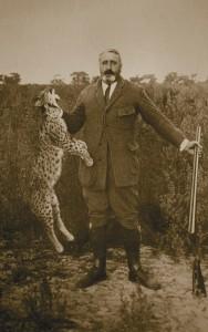 El duque de Tarifa posa con un lince cazado en Doñana, en 1920