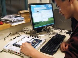 Un estudiante practica con un experimento en iLab.