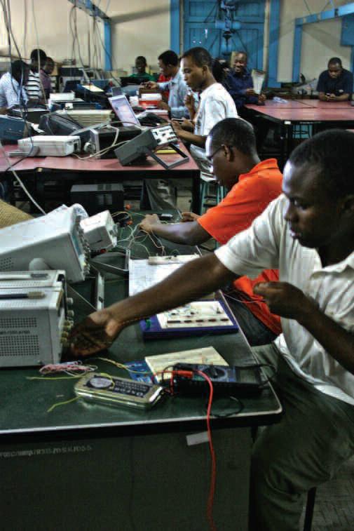Estudiantes de la Universidad de Dar Es-Salaam (Tanzania) prueban un prototipo de iLab.