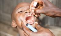Un niño recibe la vacuna de la polio en Conakri (Guinea)