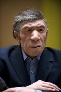 Recreación de un neandertal trajeado en el Museo Neandertal de Mettmann (Alemania)