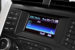 El sistema permite conectar el teléfono al coche y manejarlo con la voz.
