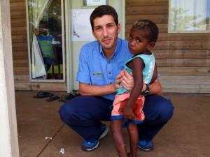 El médico Oriol Mitjà, con un niño con las típicas úlceras del pian en las piernas