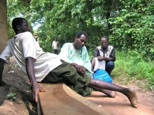 Un gusano de Guinea asoma por la pantorrilla de un enfermo en Ogi (Nigeria)