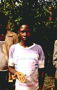 El niño de Mbale muestra el fragmento de meteorito que le golpeó en la cabeza