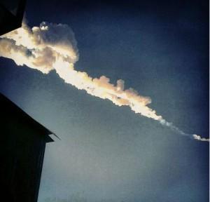 Imagen de la estela del meteorito, en el cielo Chelyabinsk, captada por una vecina en Twitter.