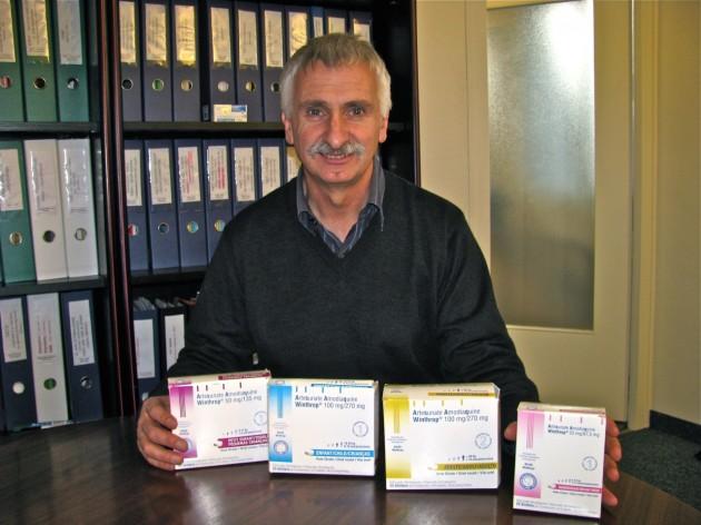 El médico Bernard Pécoul posa con nuevos tratamientos desarrollados por la DNDi