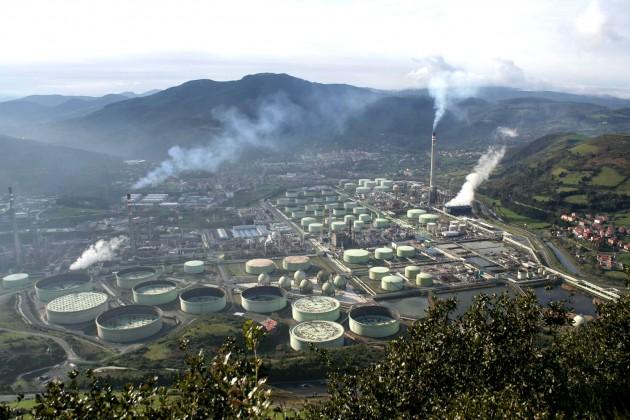 Vista de la refinería de petróleo en Muskiz, en la costa del País Vasco
