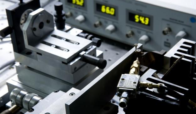 Experimento de un láser de semiconductor con feedback. A la izquierda, un espejo refleja parte de la luz que vuelve al láser para que emita luz caótica. El láser está controlado en temperatura y corriente para evitar su deterioro.