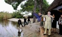 Arias Cañete suelta un ave en la Albufera de Valencia, en noviembre de 2012