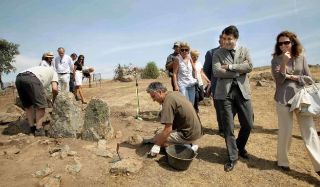 Ignacio González visita un yacimiento visigodo en Colmenar Viejo en 2012