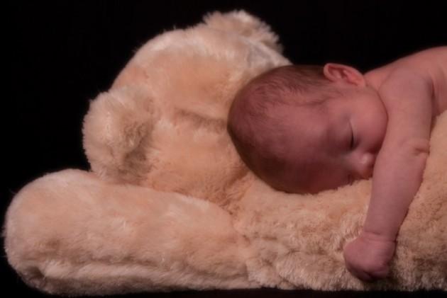 Los expertos recomiendan que los bebés duerman sobre superficies firmes