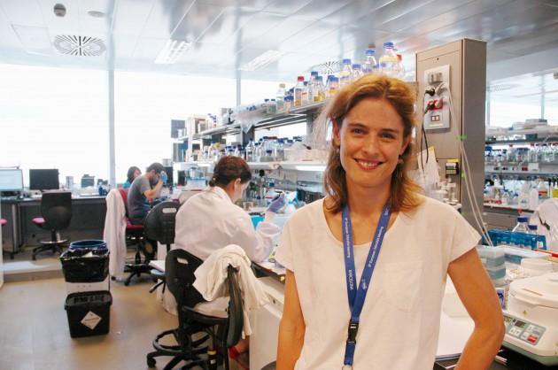 La bióloga Nadia Mercader, con su grupo del CNIC