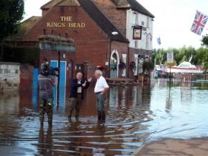Inundación en el pueblo inglés de Upton-upon-Severn, en julio de 2007