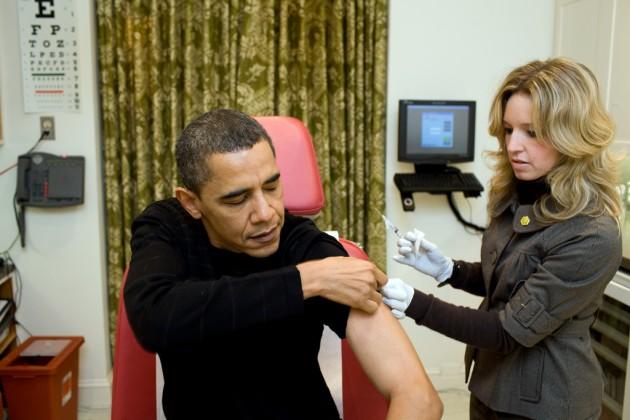El presidente de EEUU, Barack Obama, se vacuna contra la gripe A en diciembre de 2009