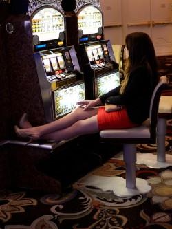 Una mujer fuma en un casino de Las Vegas (EEUU)