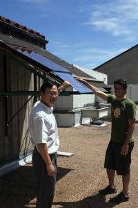 """El ingeniero John Zhai, a la izquierda, con los primeros pasos de sus """"paredes vivas"""""""