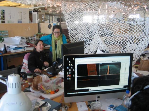 La arquitecta Paz Gutiérrez, sentada, con una colaboradora en su estudio